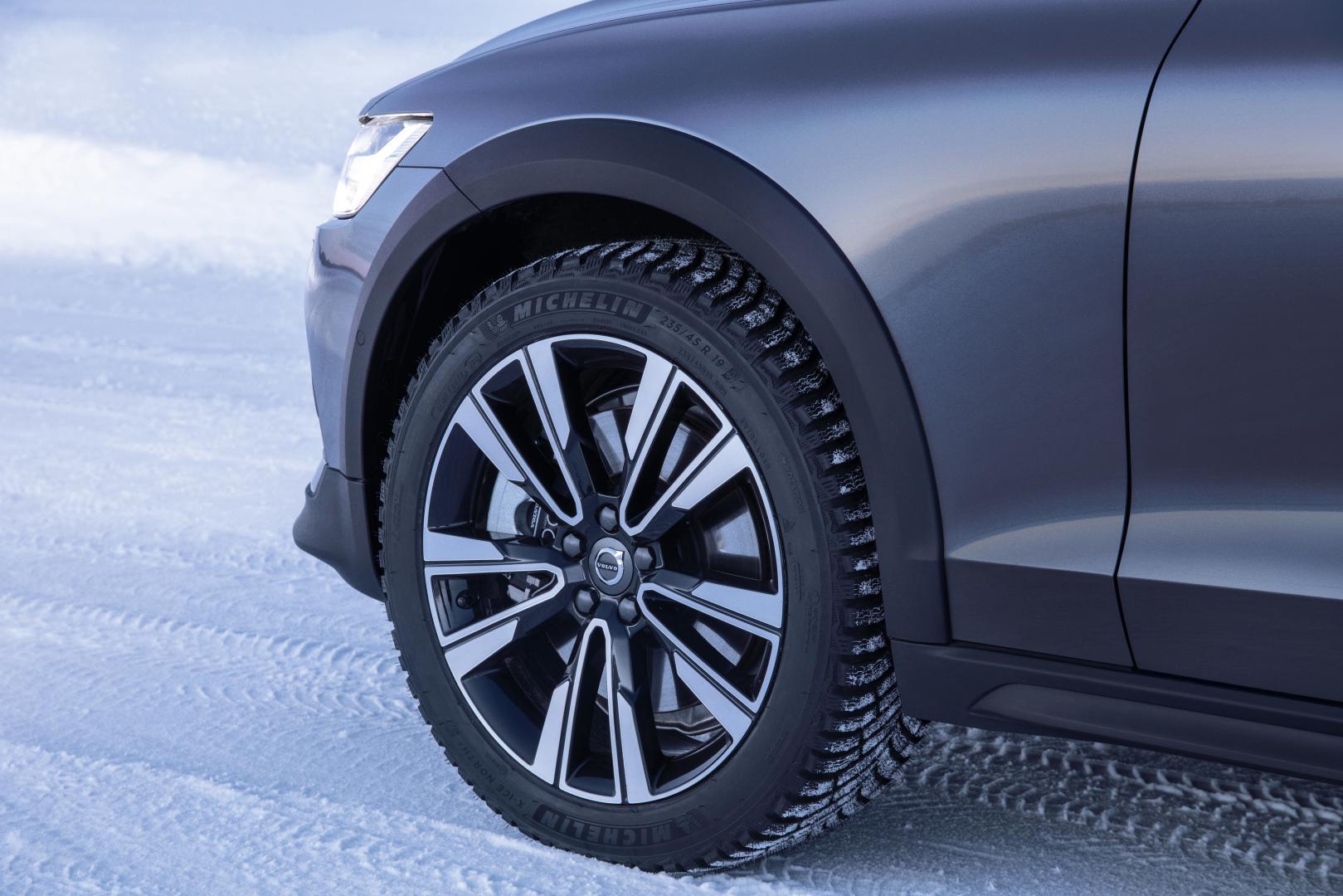 Volvo V60 Cross Country T5 AWD velg spijkerbanden sneeuw