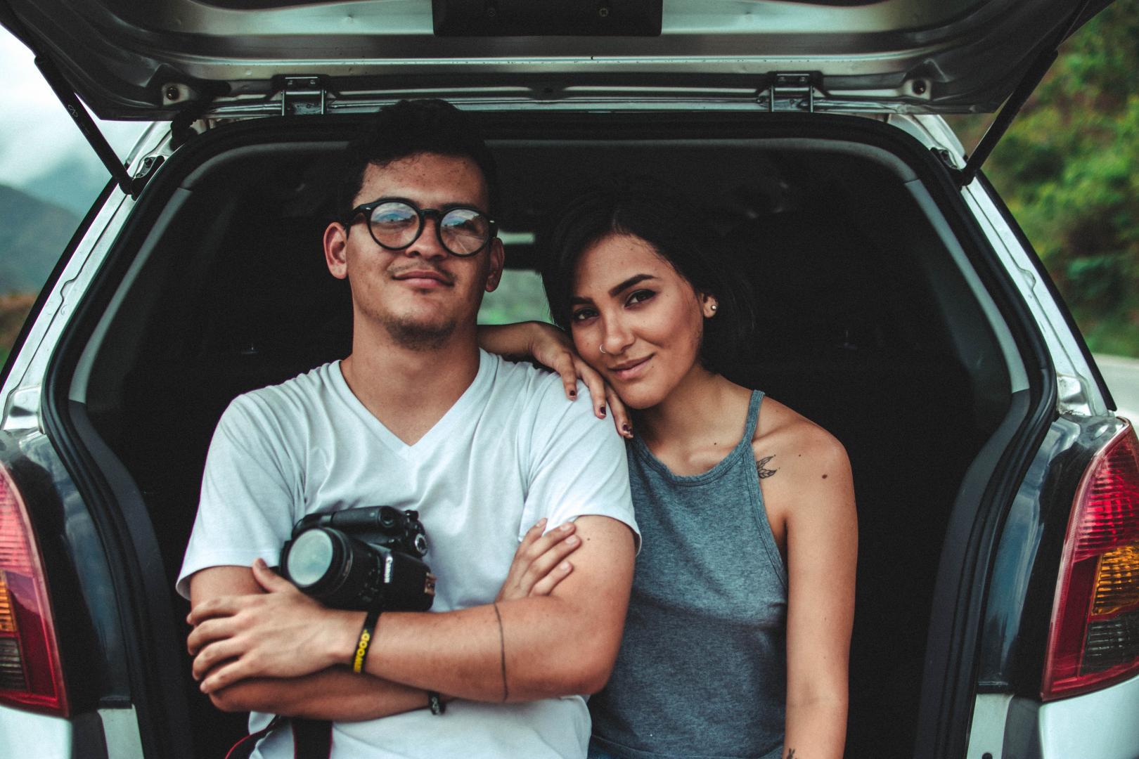 vrouw en man kofferbak