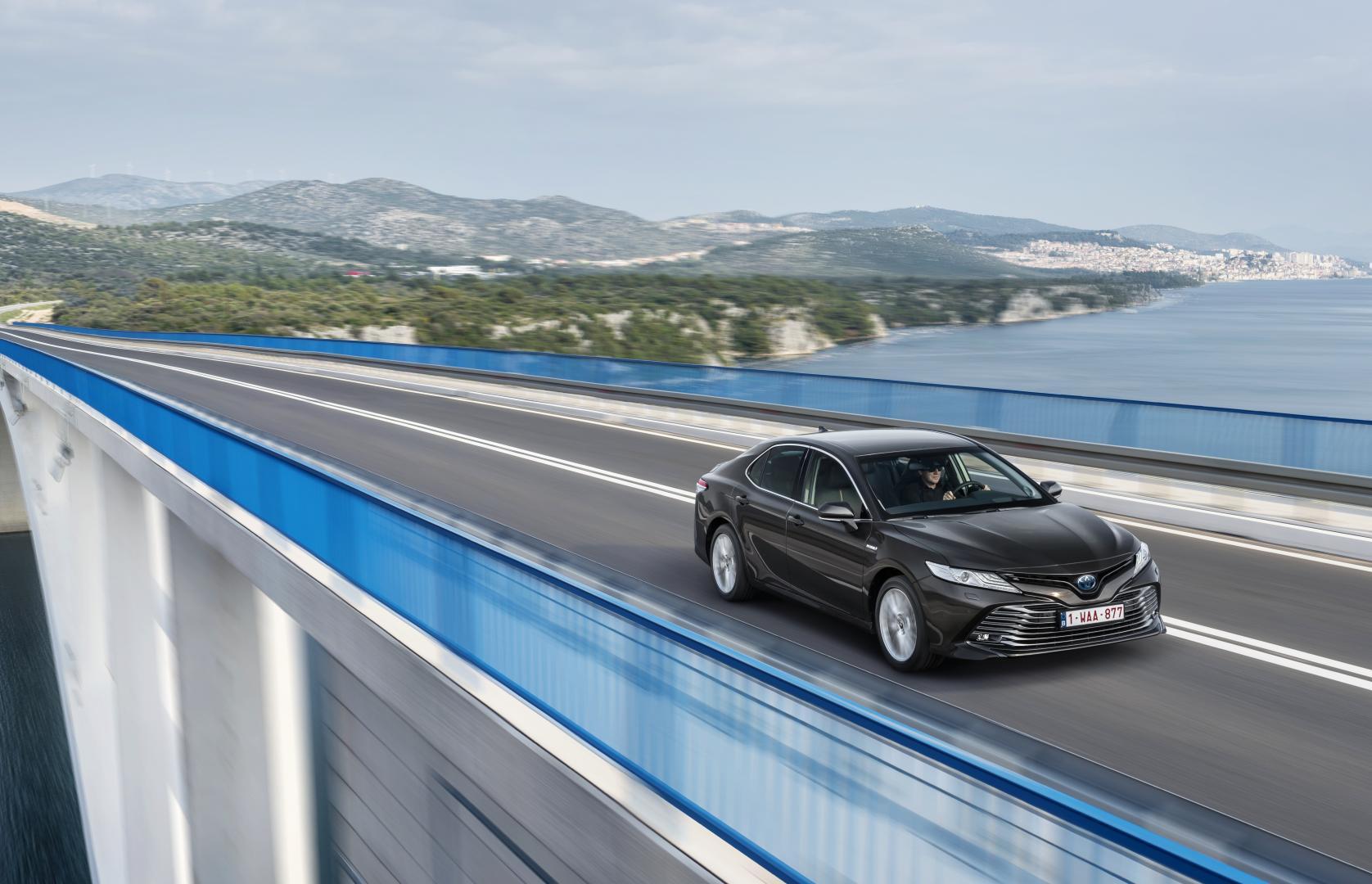 Toyota Camry Hybrid 1e rij-indruk 2019 brug water meer