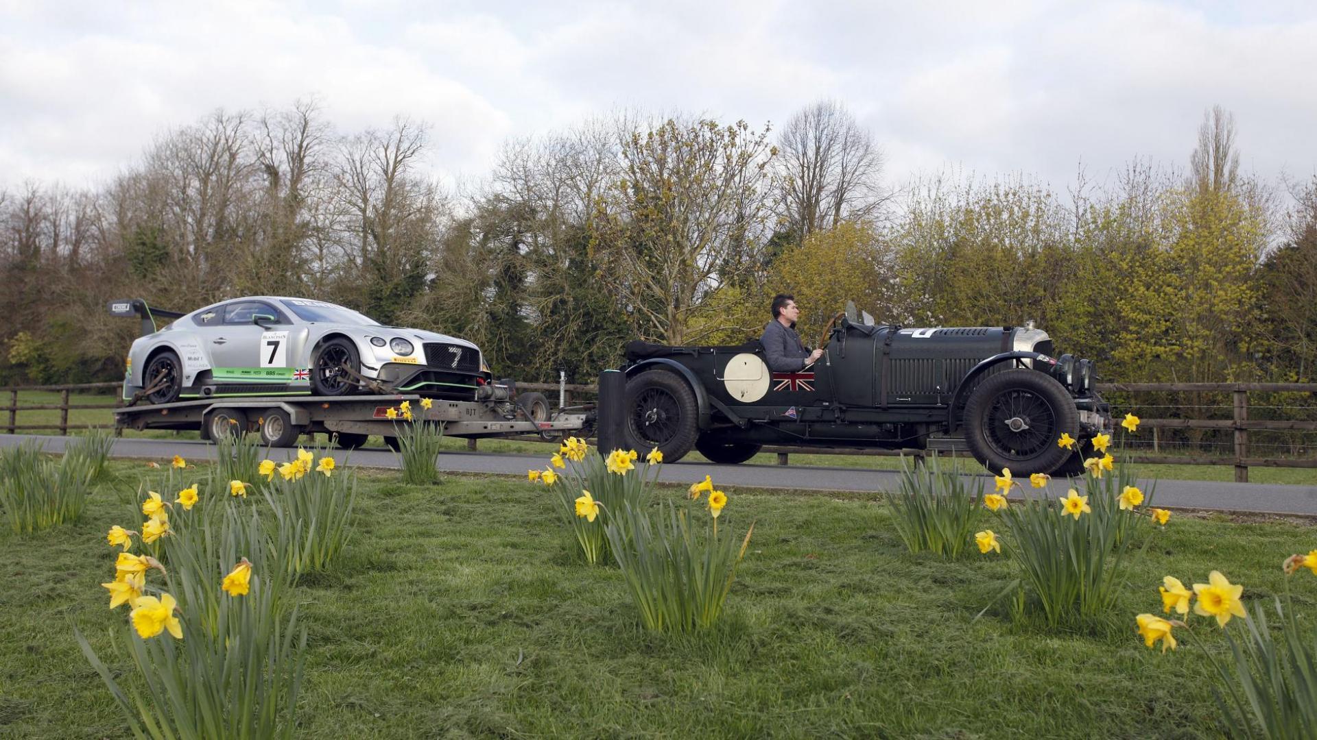 Bentley Blower uit 1931 trekt een Bentley Continental GT3 voort