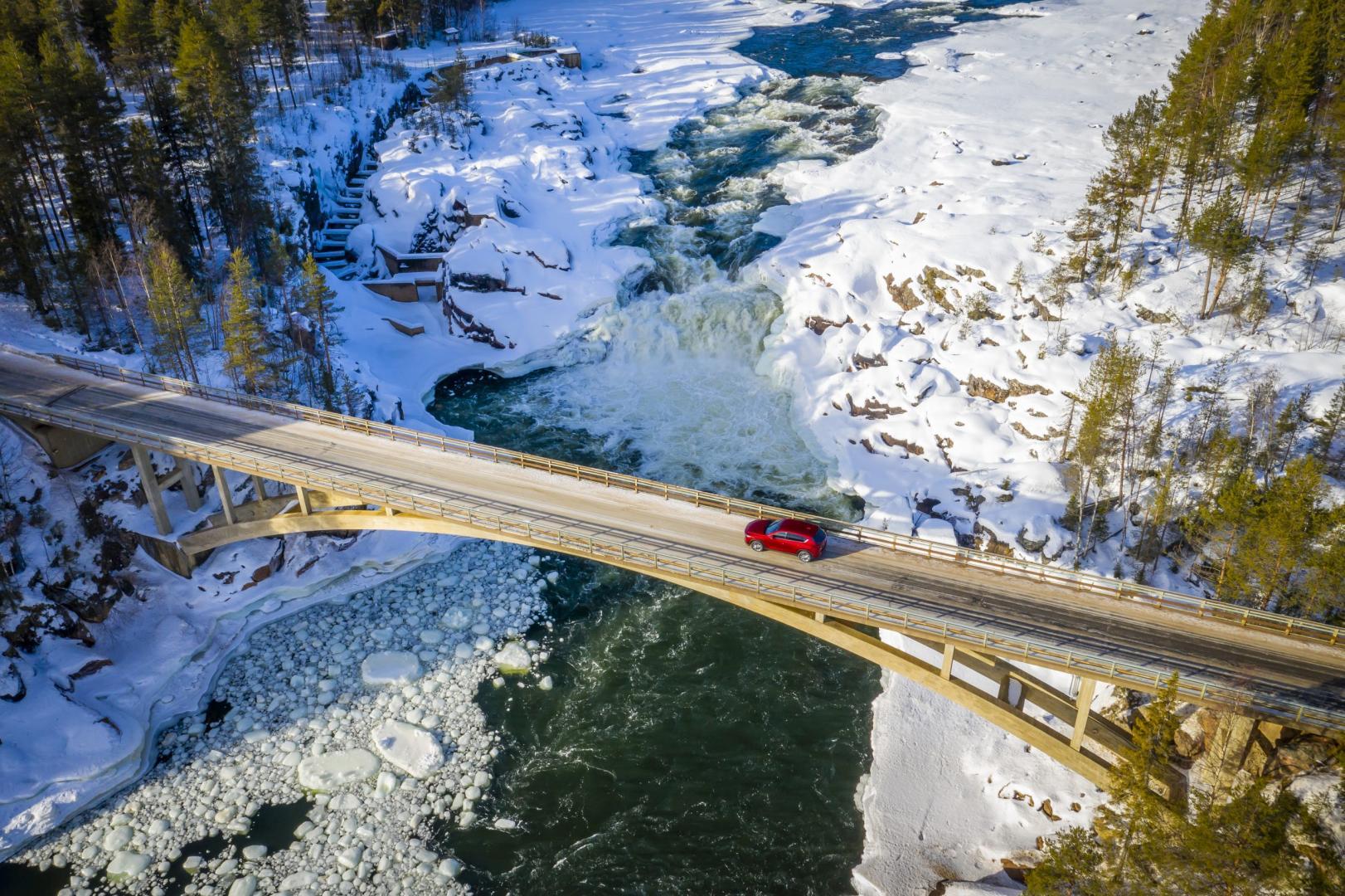 Mazda CX-5 in landschap brug sneeuw rivier