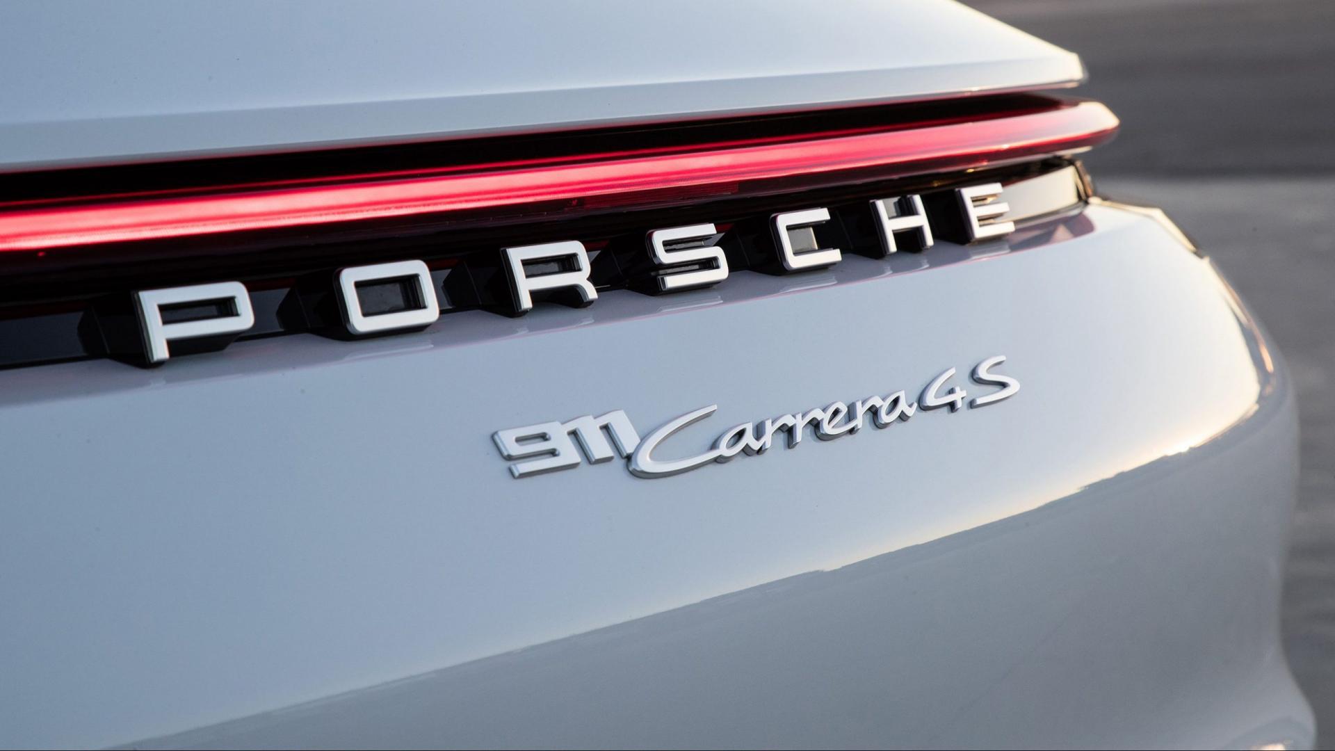 Porsche 911 Carrera 4S Sport Plus detail achterlicht badge
