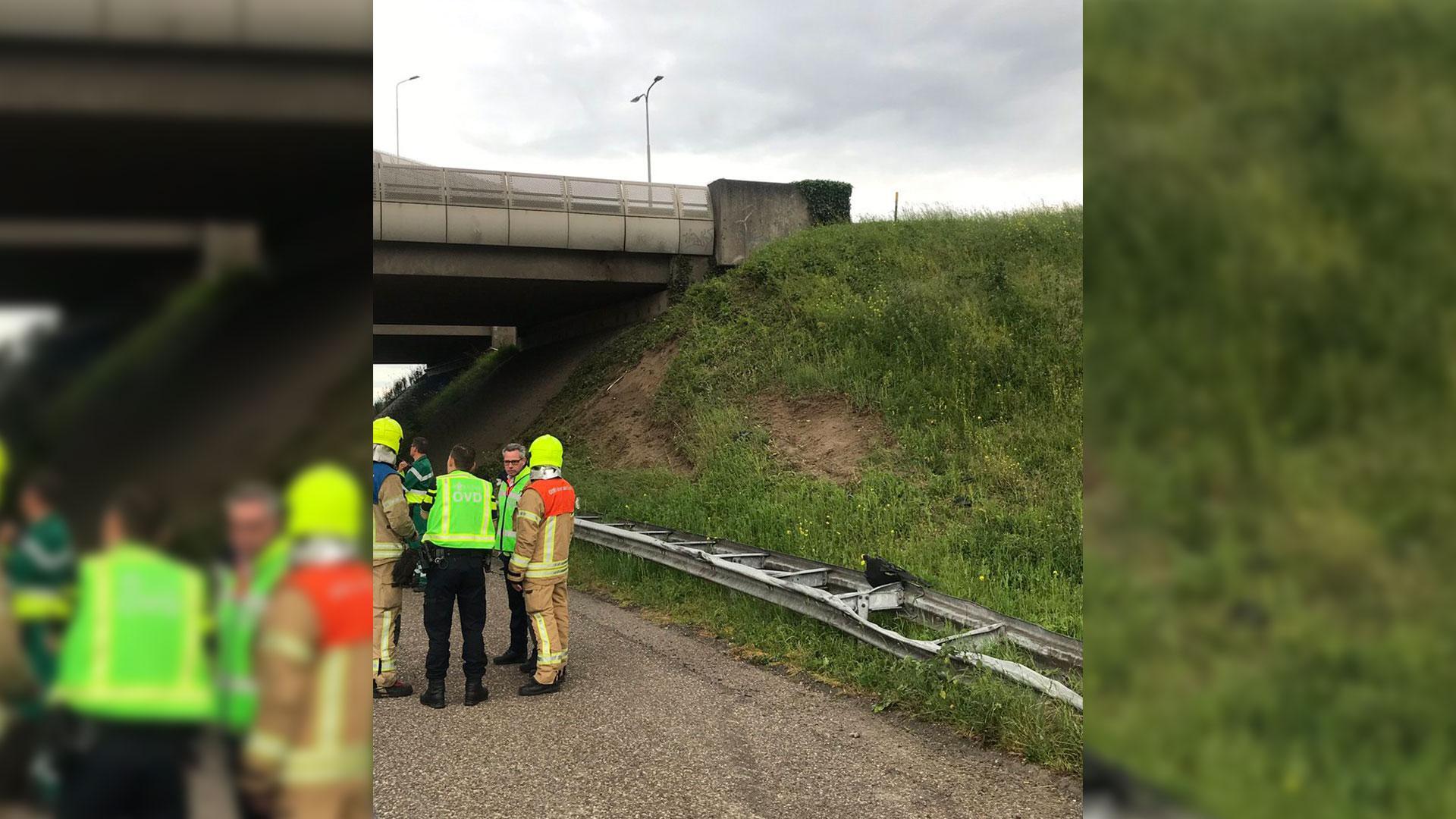BMW 4-serie vliegt over vangrail en tegen een viaduct