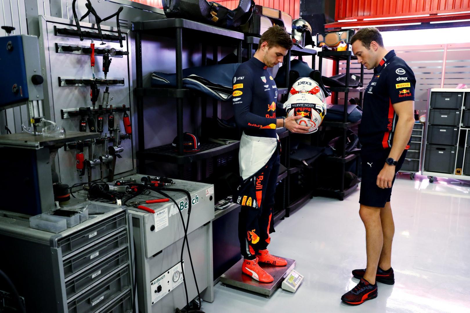 Max Verstappen op de weegschaal tijdens GP van Spanje