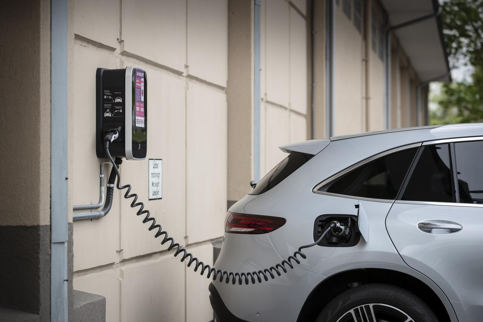 nieuwe Mercedes-Benz EQC elektrisch laadpaal