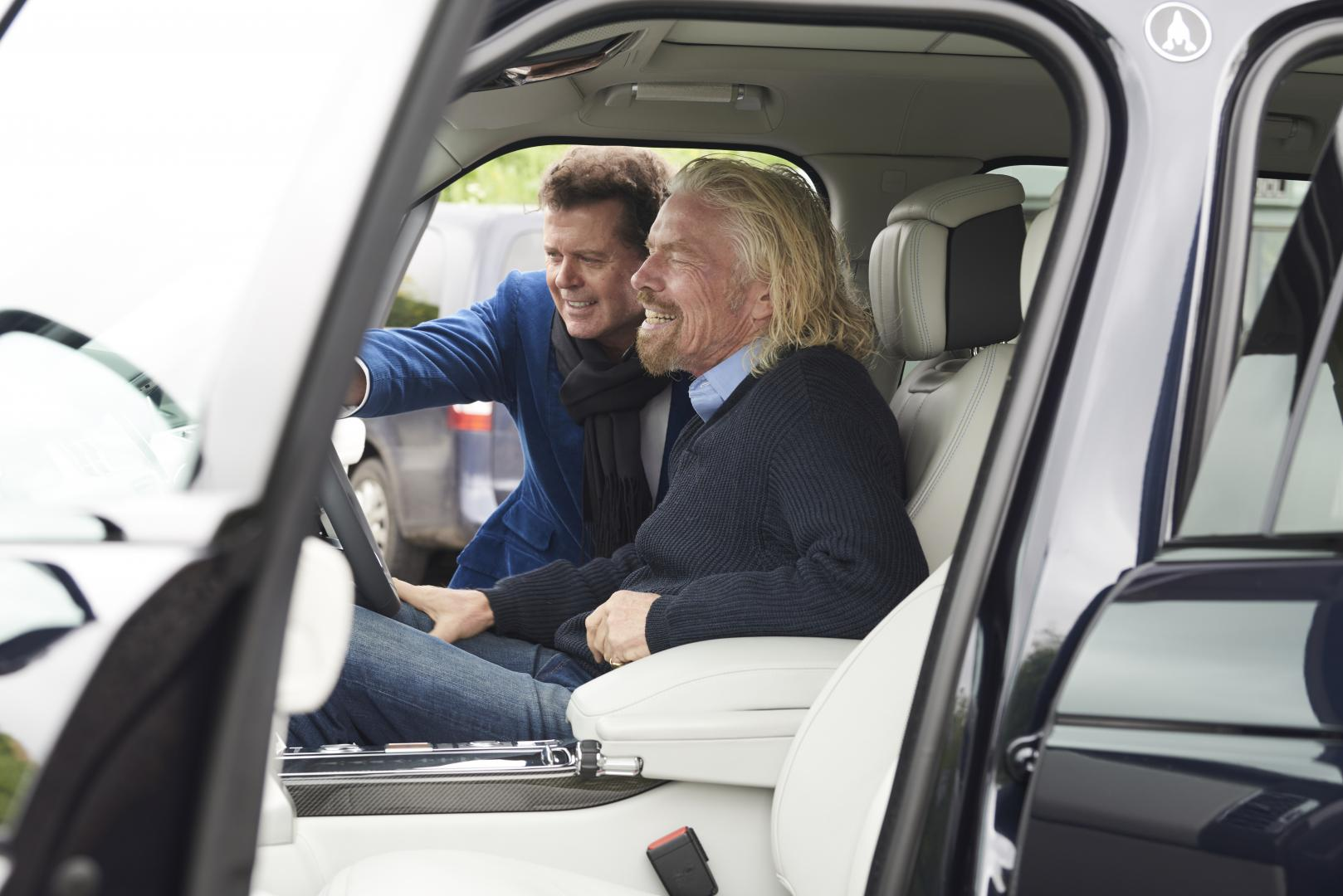 Richard Branson in de Range Rover Astronaut Edition