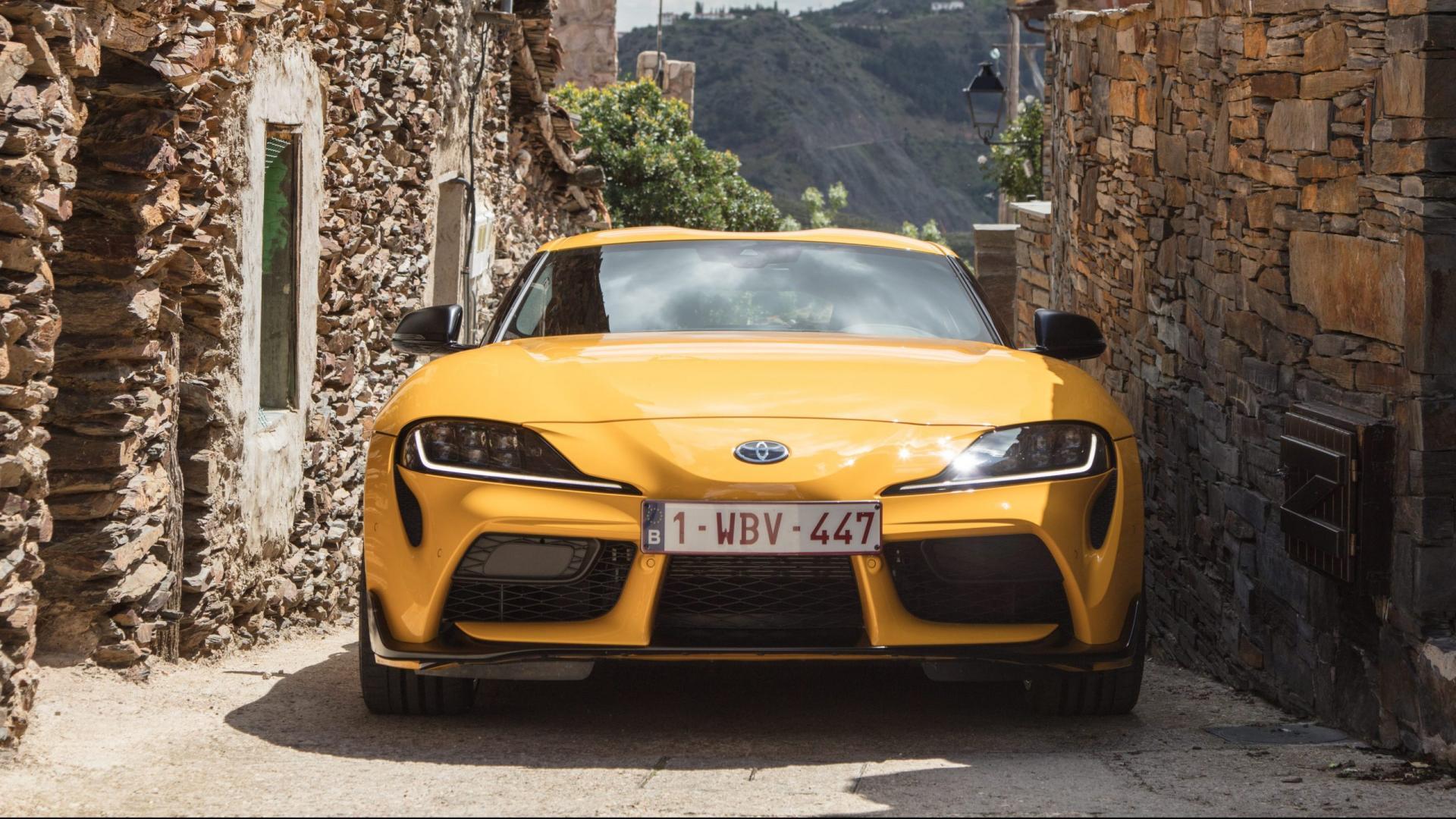 Toyota Supra A90 Geel krappe straat / steeg