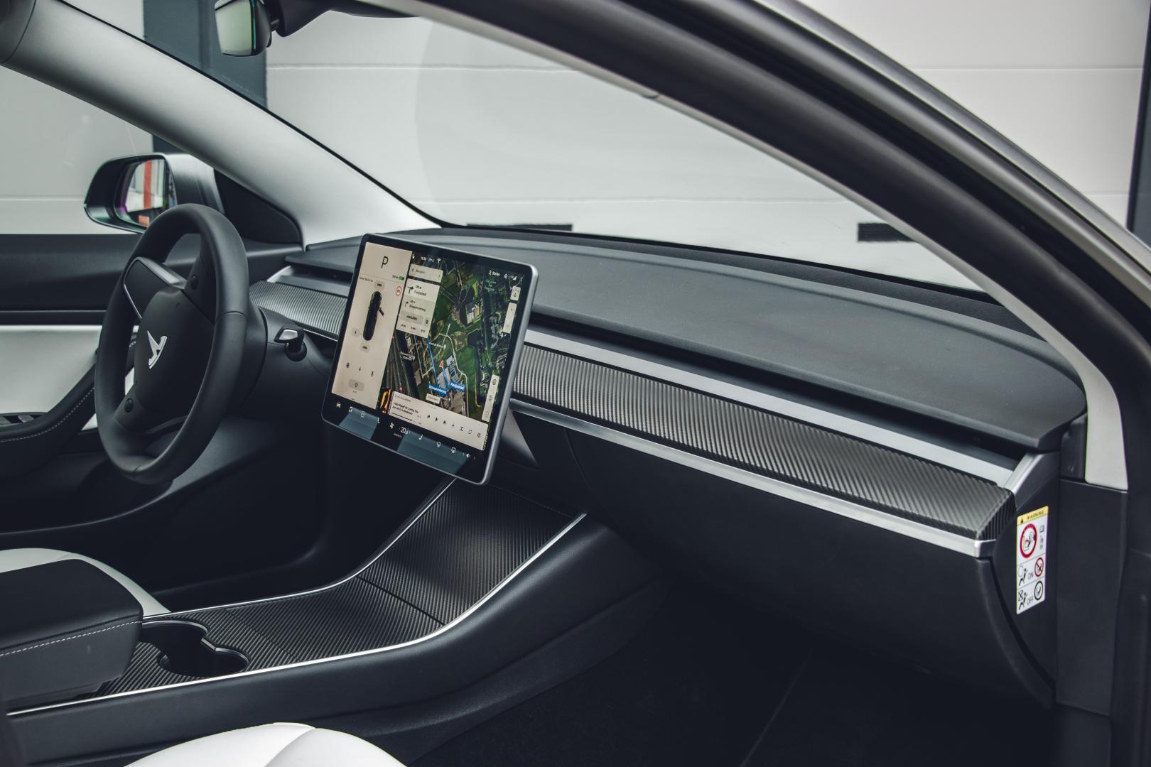 Tesla Model 3 koolstofvezel dashboard