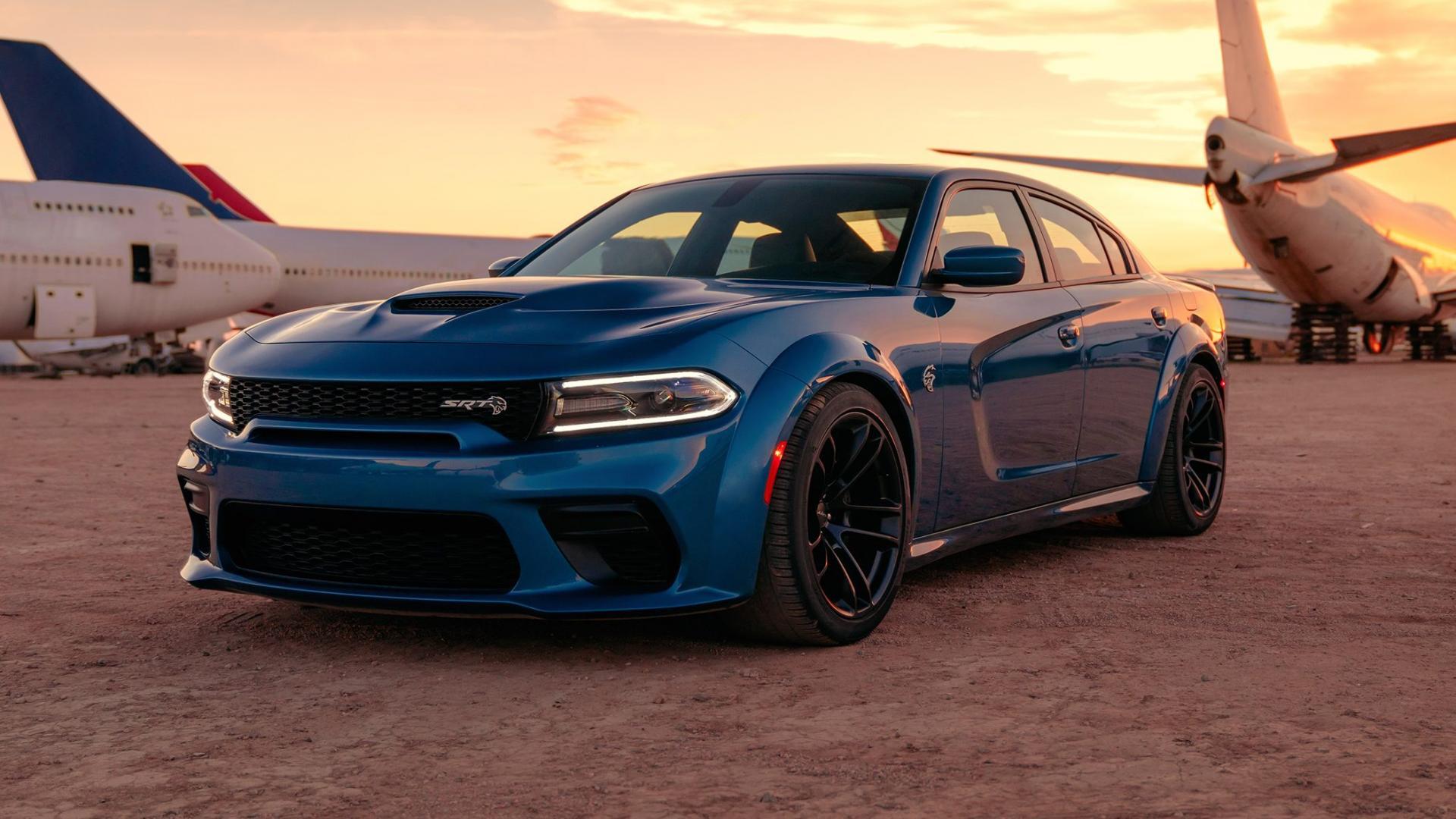 Dodge Charger Hellcat widebody bij vliegtuigen in woestijn