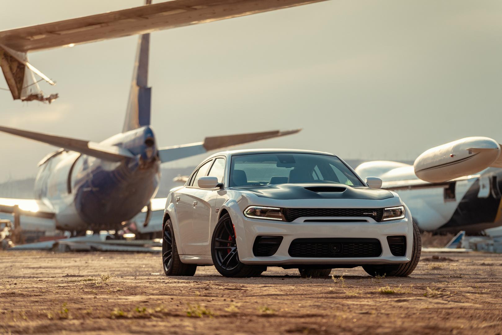 Dodge ChargerScat Pack Widebody bij vliegtuigen