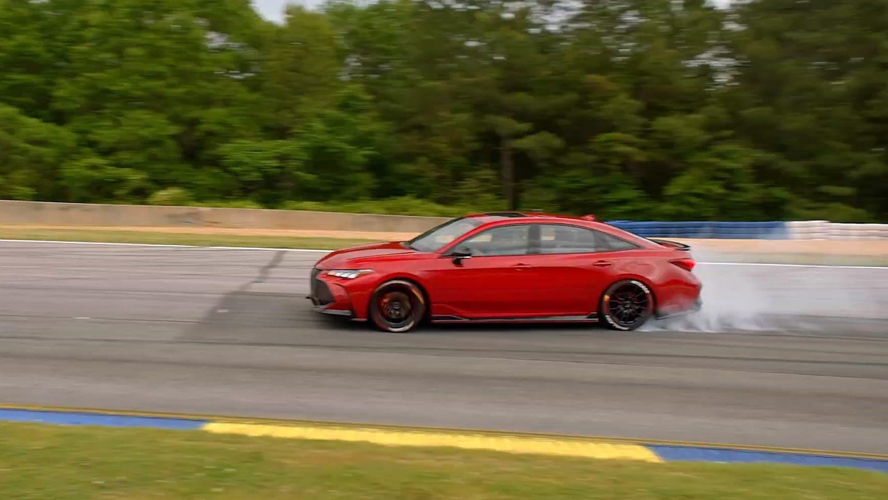Driften met voorwielaandrijving in een Toyota Avalon TRD