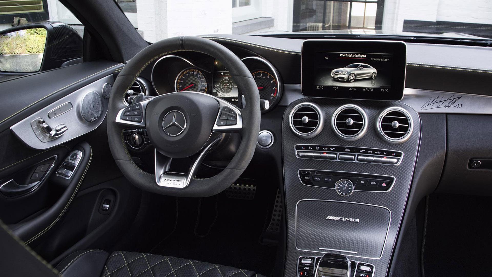 Mercedes van Max Verstappen dashboard handtekening
