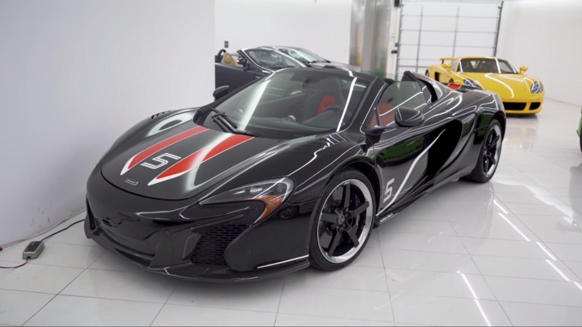 Miljonair geeft rondleiding in zijn garage