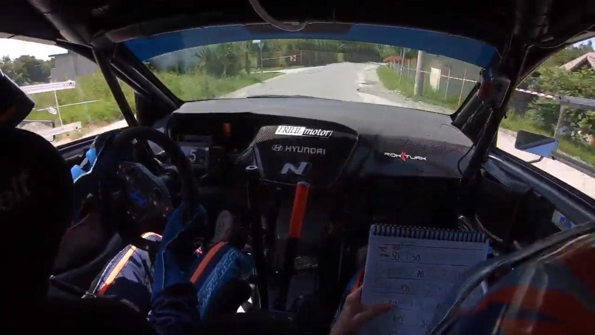 Rally-rijder Rok Turk ontwijkt op het nippertje een naderende auto