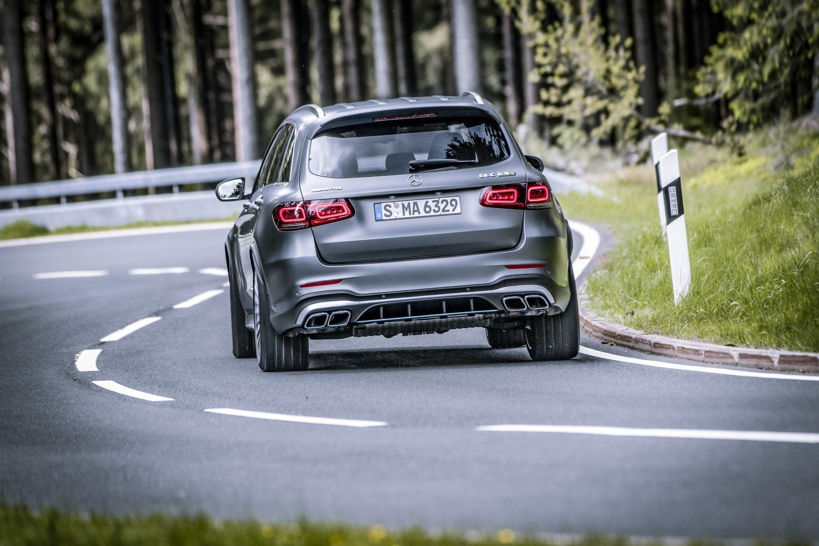 Mercedes-AMG GLC 63 S rijder achter