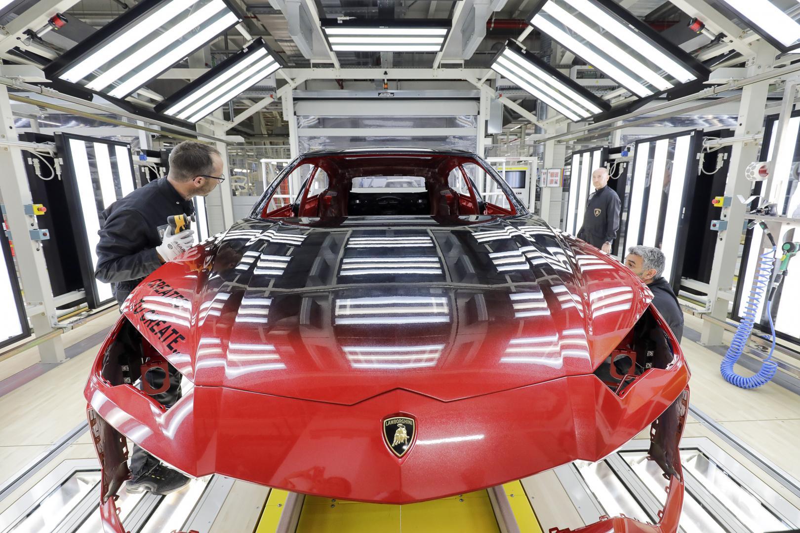 Lamborghini Urus verfLamborghini Urus verf fabriek spuitcabine