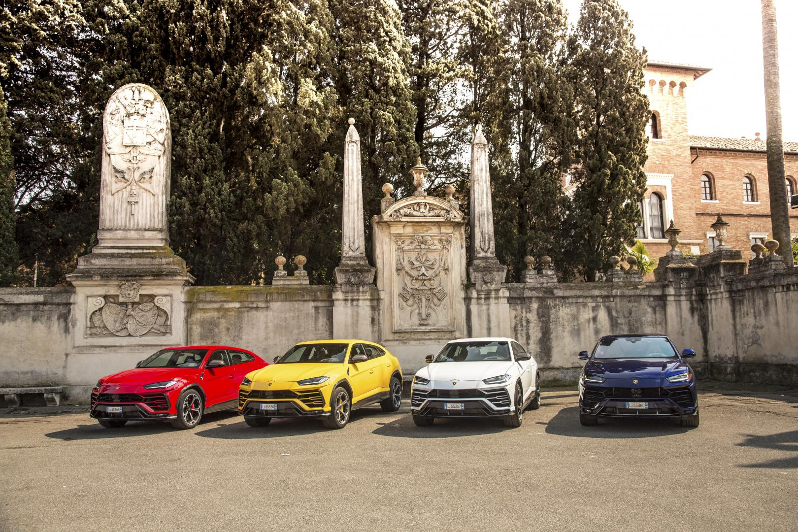 Lamborghini Urus in Rosso Anteros, Giallo Auge, Bianco Icarus e Blu Astraeus