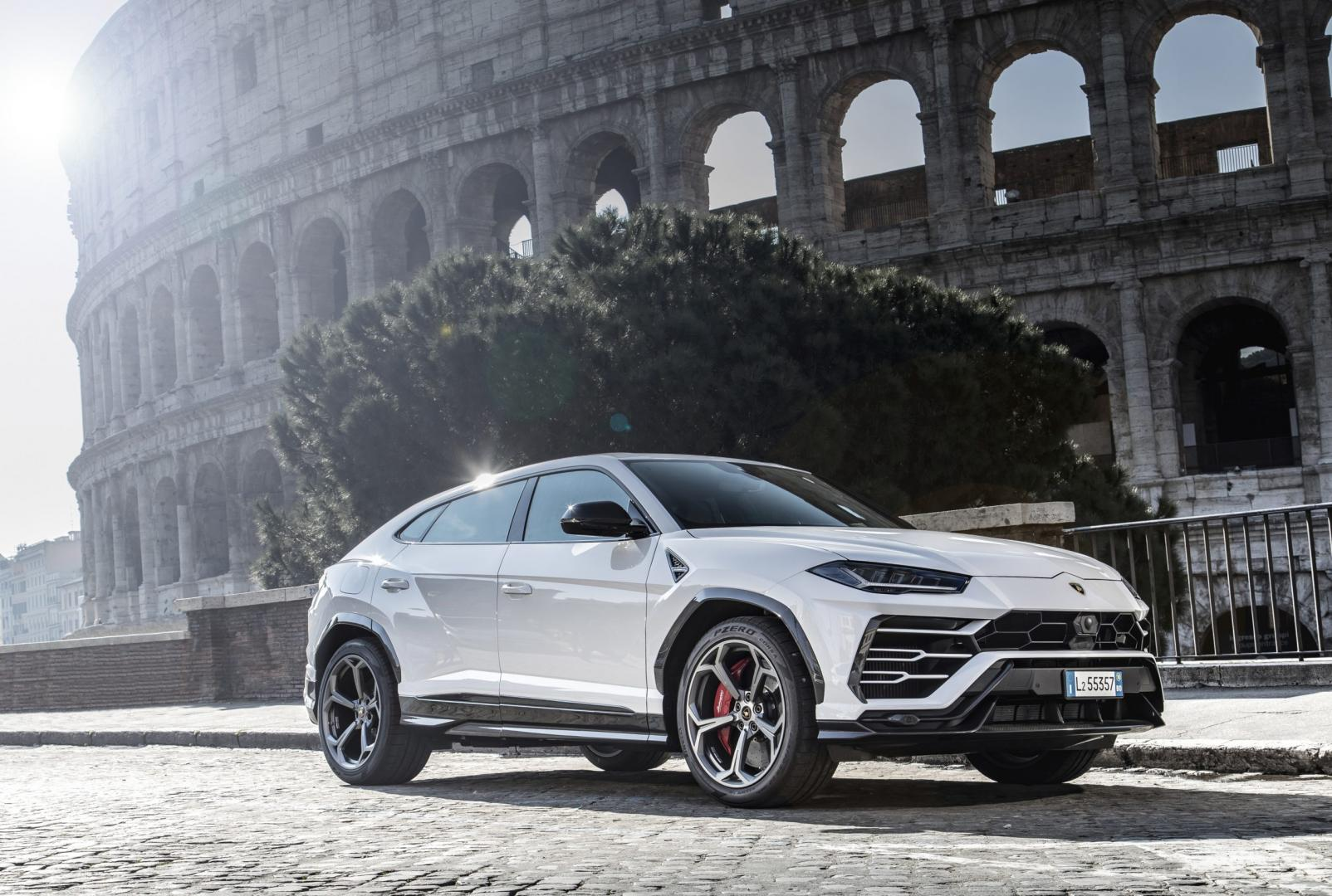 Lamborghini Urus wit in Rome bij Colosseum