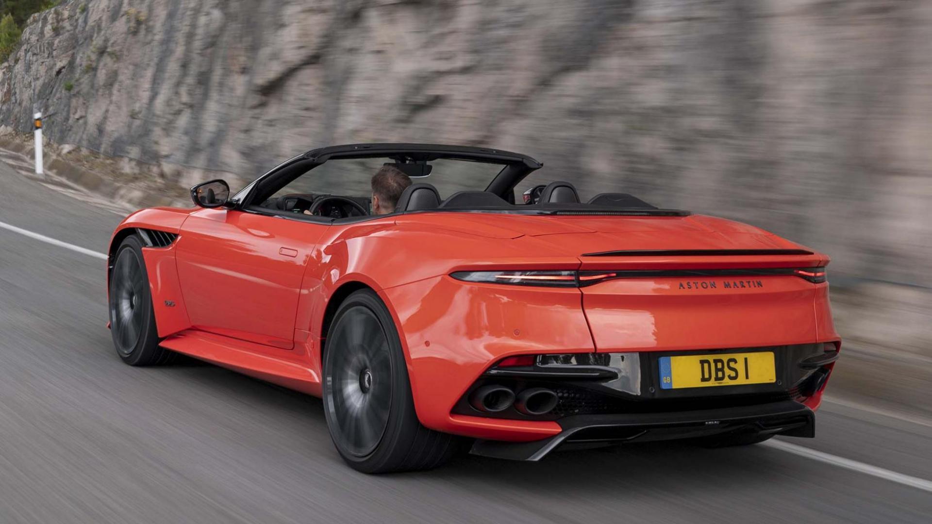 Aston Martin Superleggera Volante links achter op de weg detail