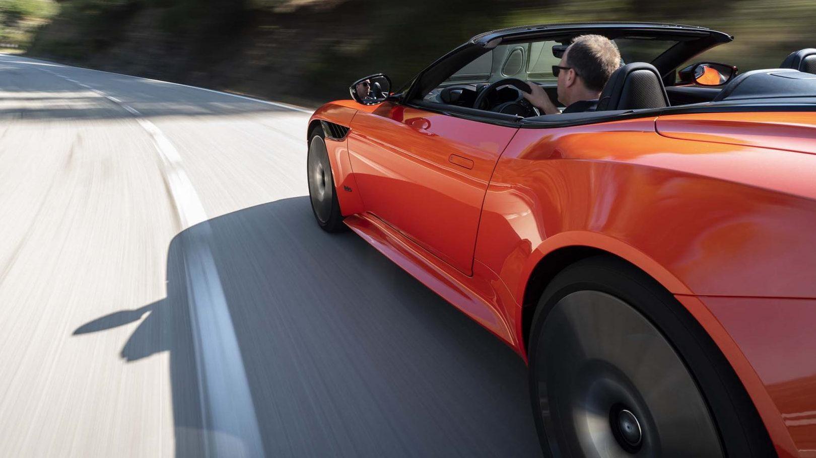 Aston Martin Superleggera Volante links achter op de weg dichtbij