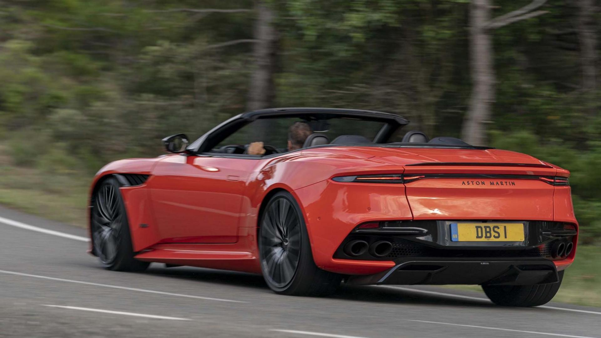 Aston Martin Superleggera Volante links achter op de weg
