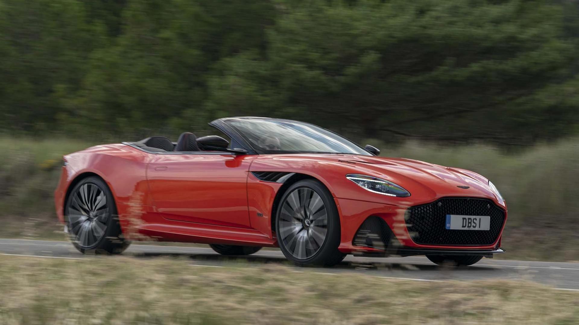 Aston Martin Superleggera Volante rechts voor op de weg