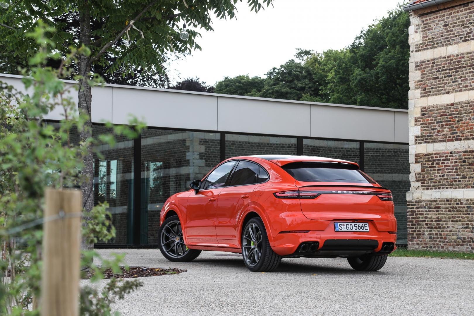 Porsche Cayenne Turbo S E-Hybrid Coupe Oranje