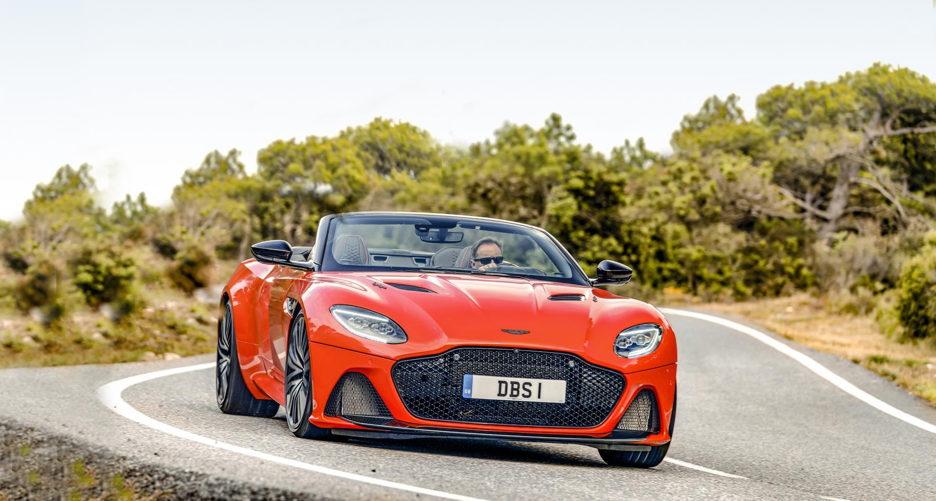 Aston Martin DBS superleggera Volante op de weg voor