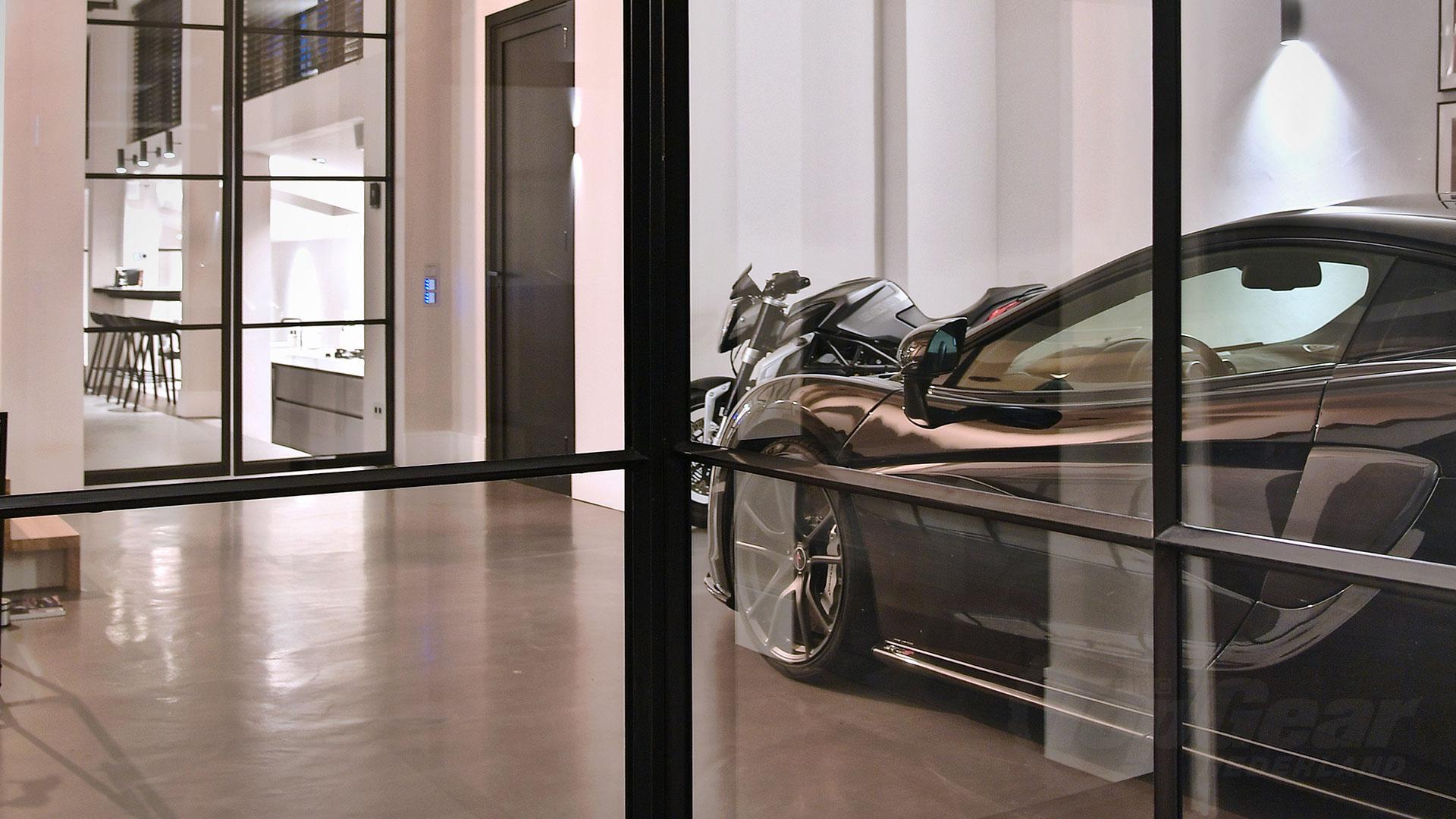 Nederlander parkeert McLaren in de woonkamer