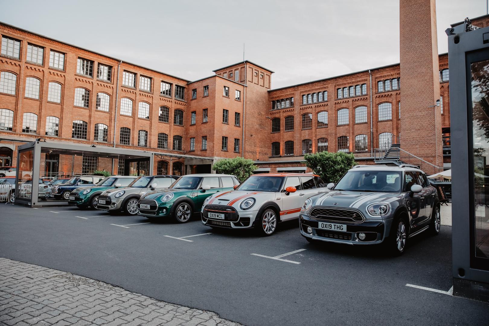 Mini's op parkeerplaatsen in Duitsland
