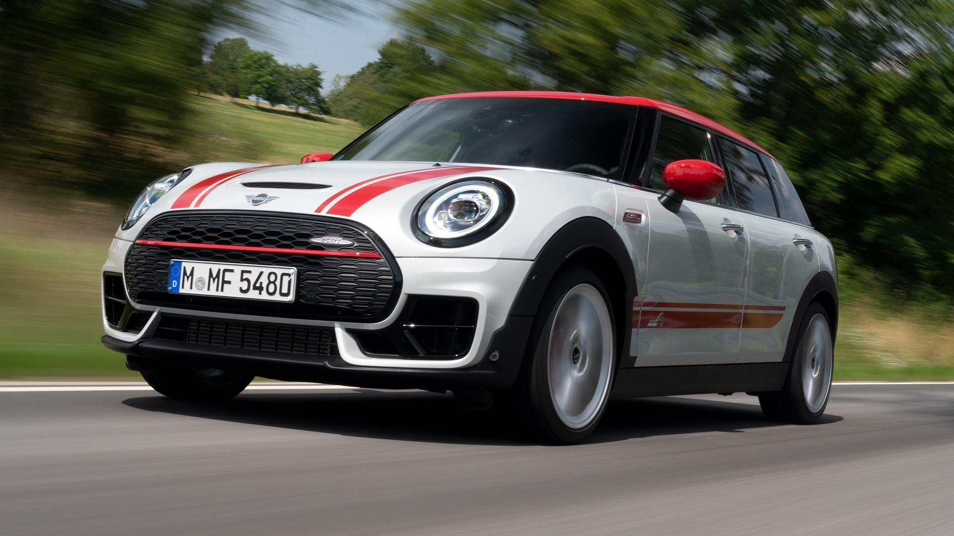 Mini Clubman John Cooper Works All4 linksvoor op de weg