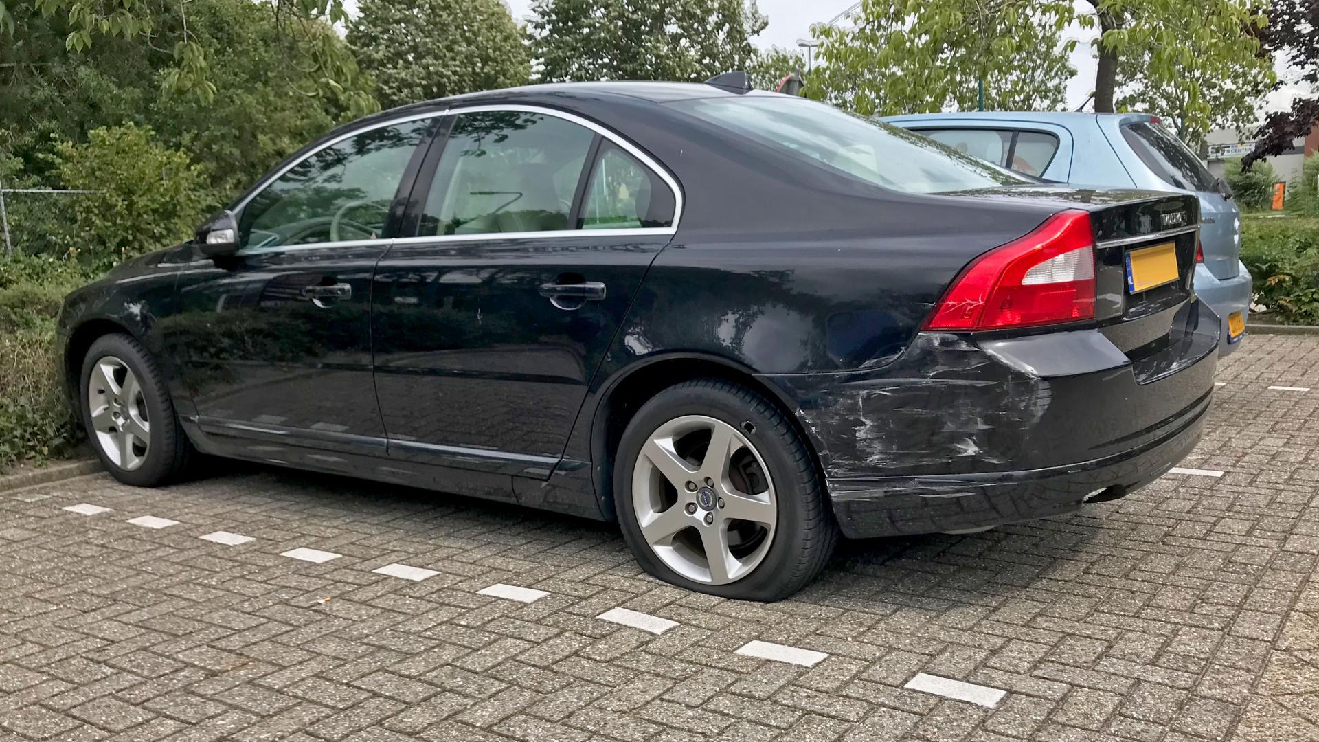 Volvo V70 met krassen schade en lekke band