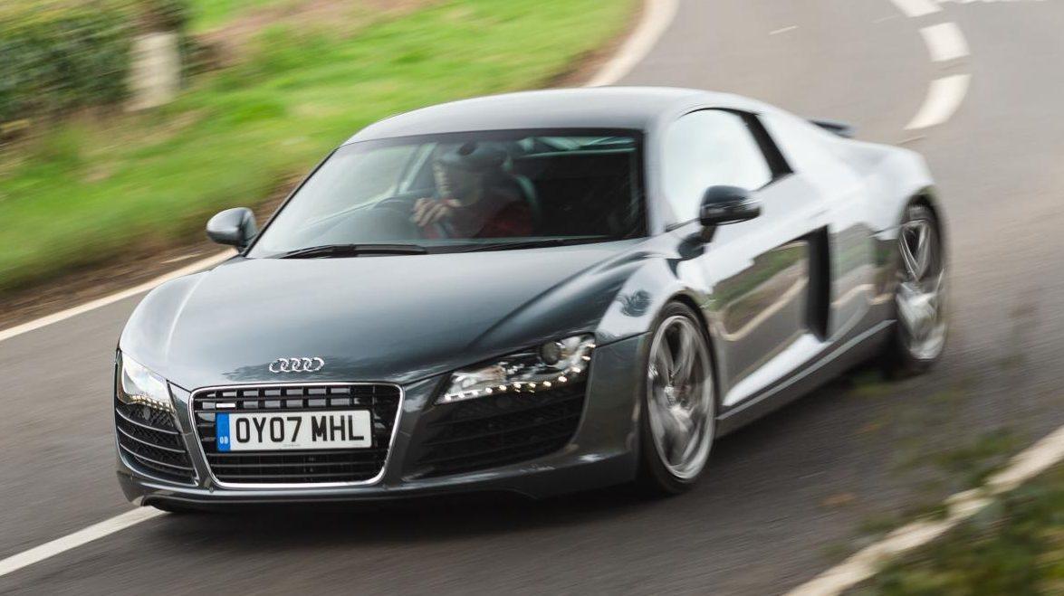 Audi R8 V8 vs V10 V8 in bocht rijdend