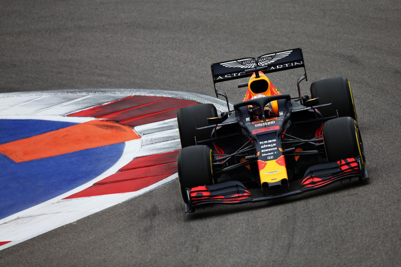 Max Verstappen in de bocht GP van Rusland 2019