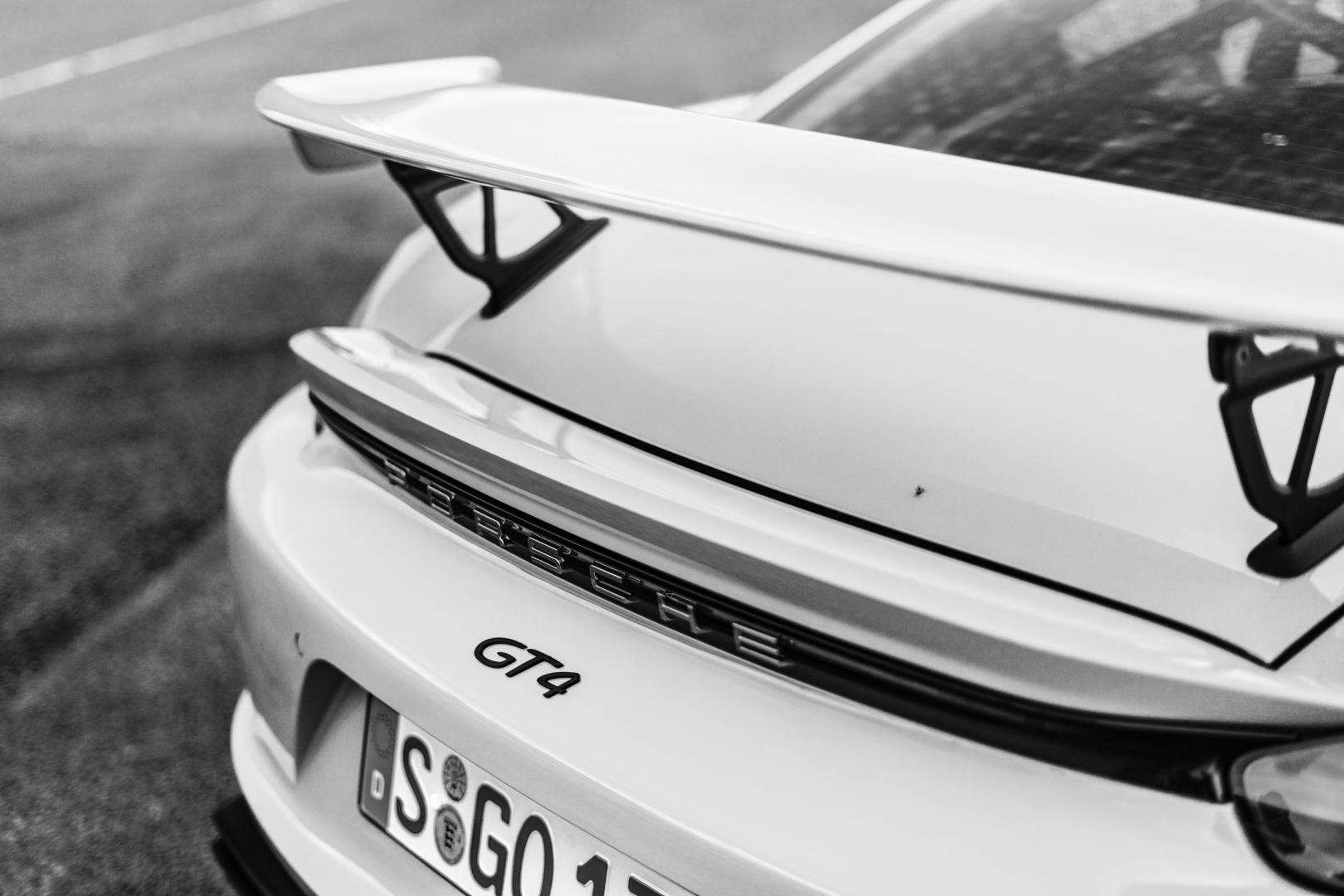 Porsche 718 Cayman GT4 zwartwit detail spoiler