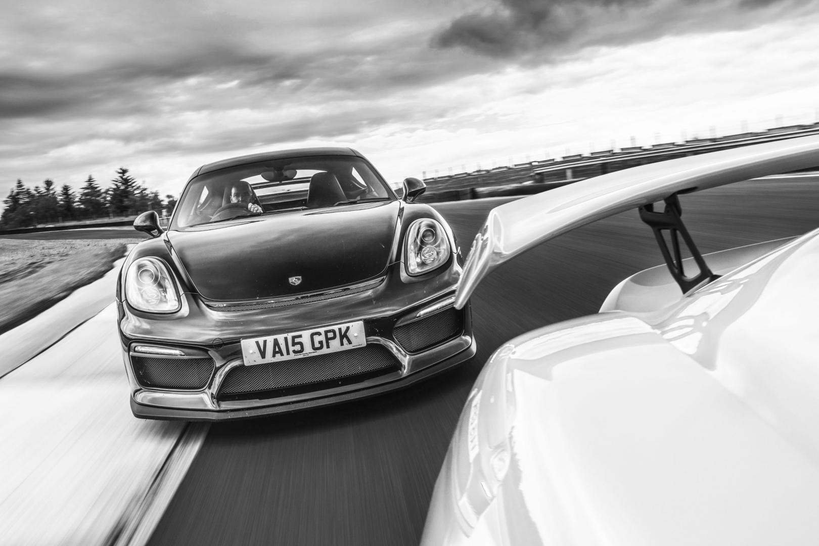 Porsche 718 Cayman GT4 zwartwit achter elkaar rijdend voorkant