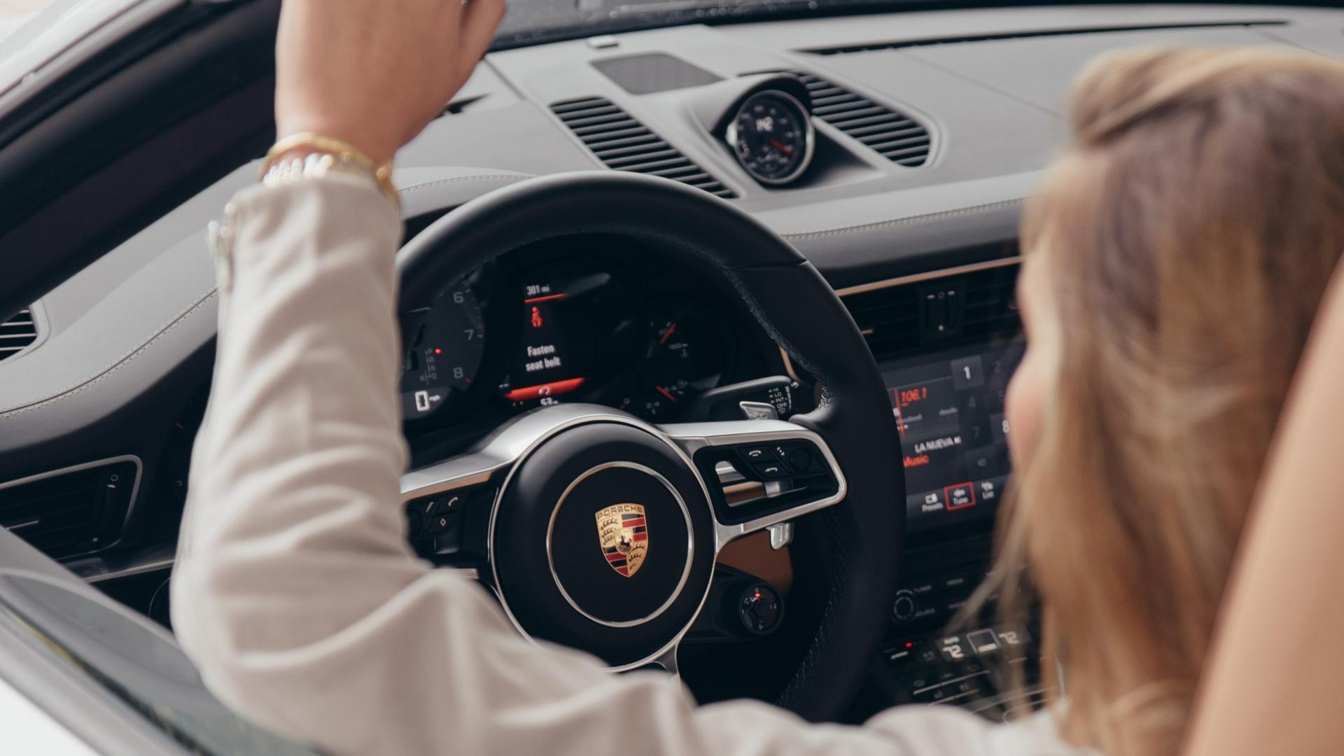 Vrouw achter stuur van Porsche 911 Cabriolet