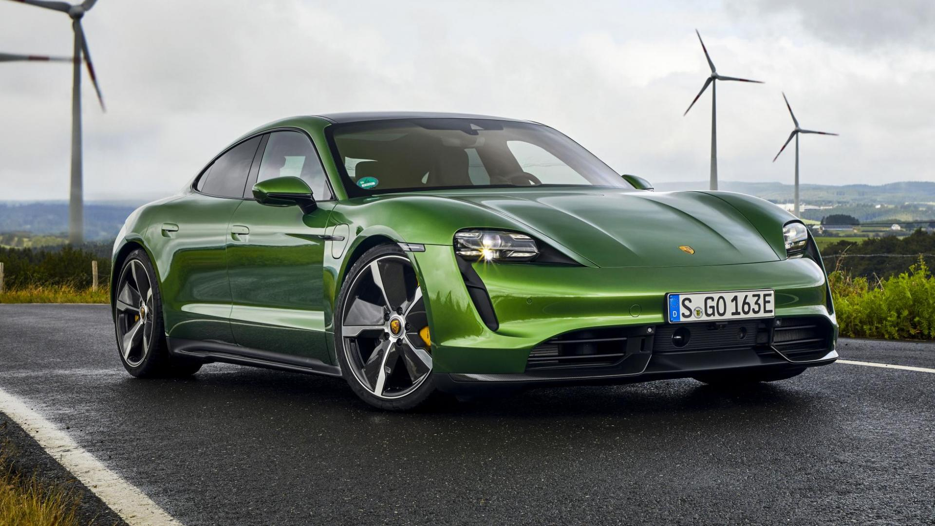 Porsche Taycan Turbo S 3 4 voor windmolen