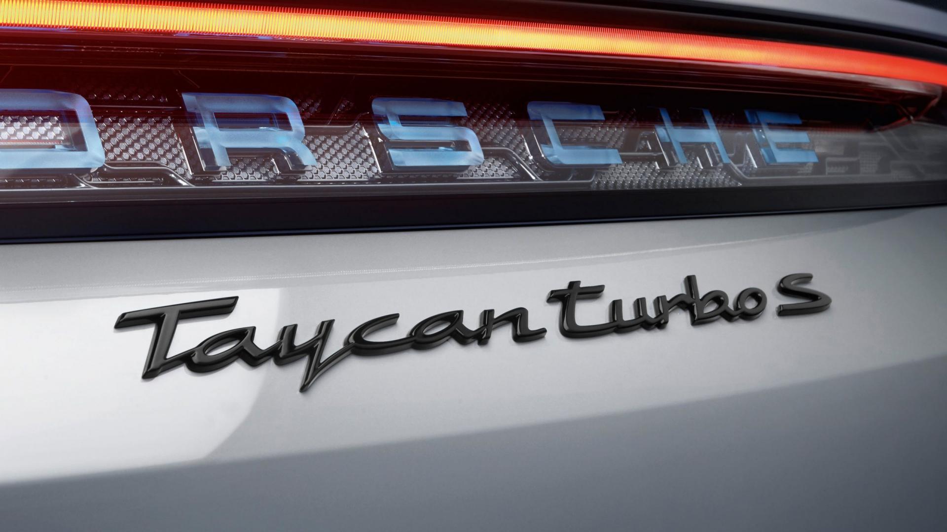 Porsche Taycan Turbo S badge grijs