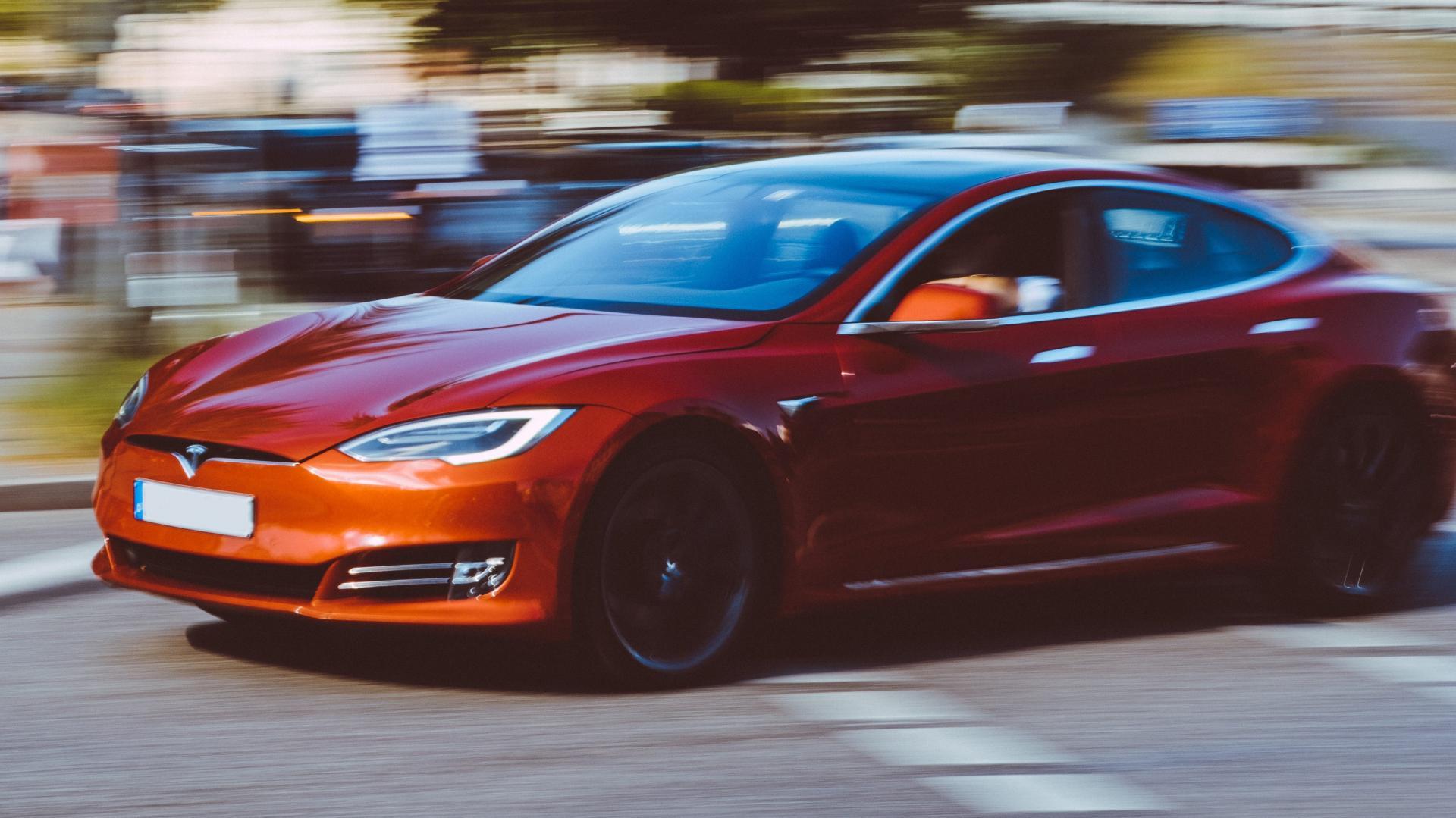 Tesla Model S in een bocht