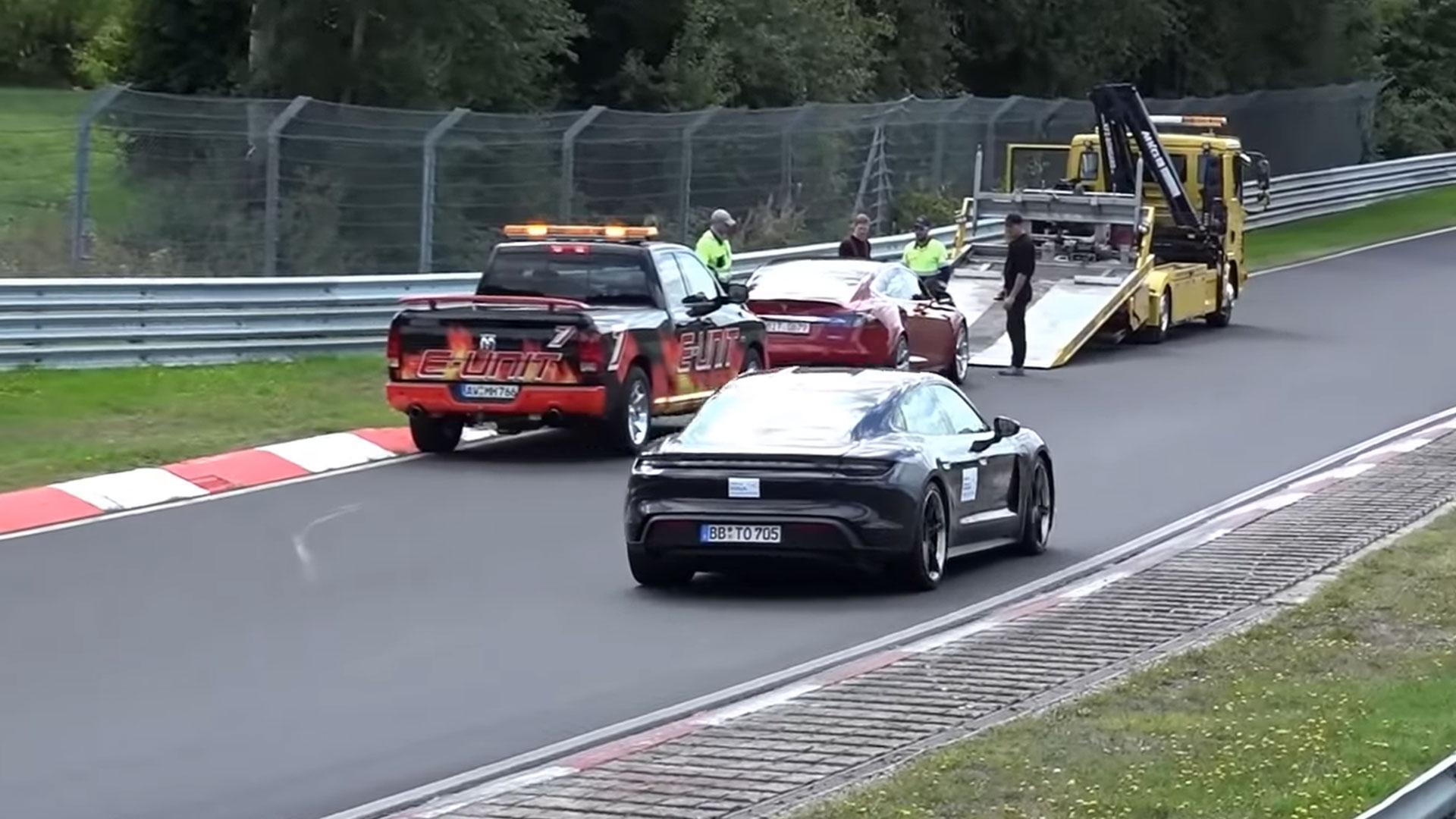 Porsche Taycan rijdt Model S voorbij op de Nurburgring