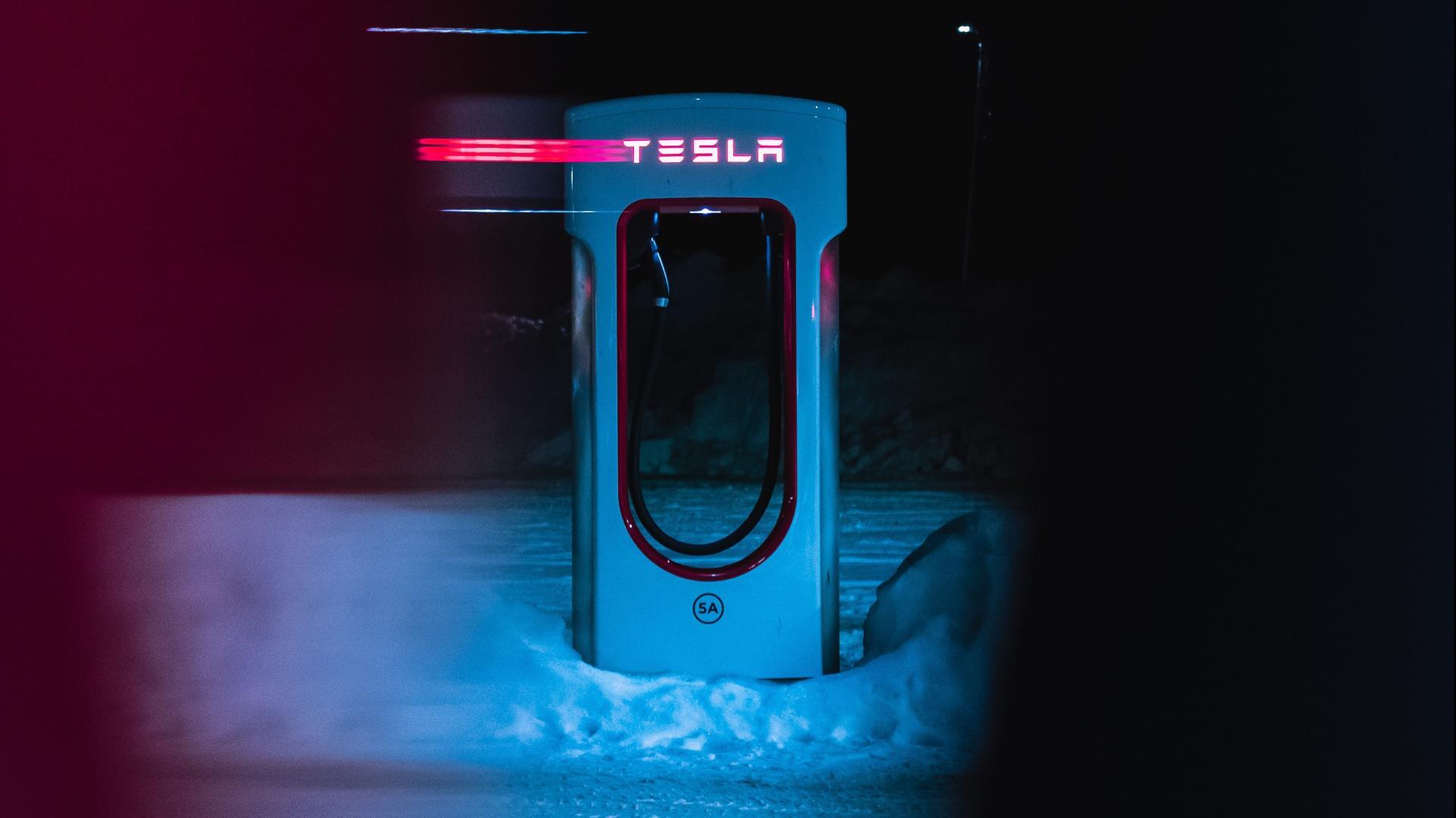 Tesla Supercharger in de sneeuw