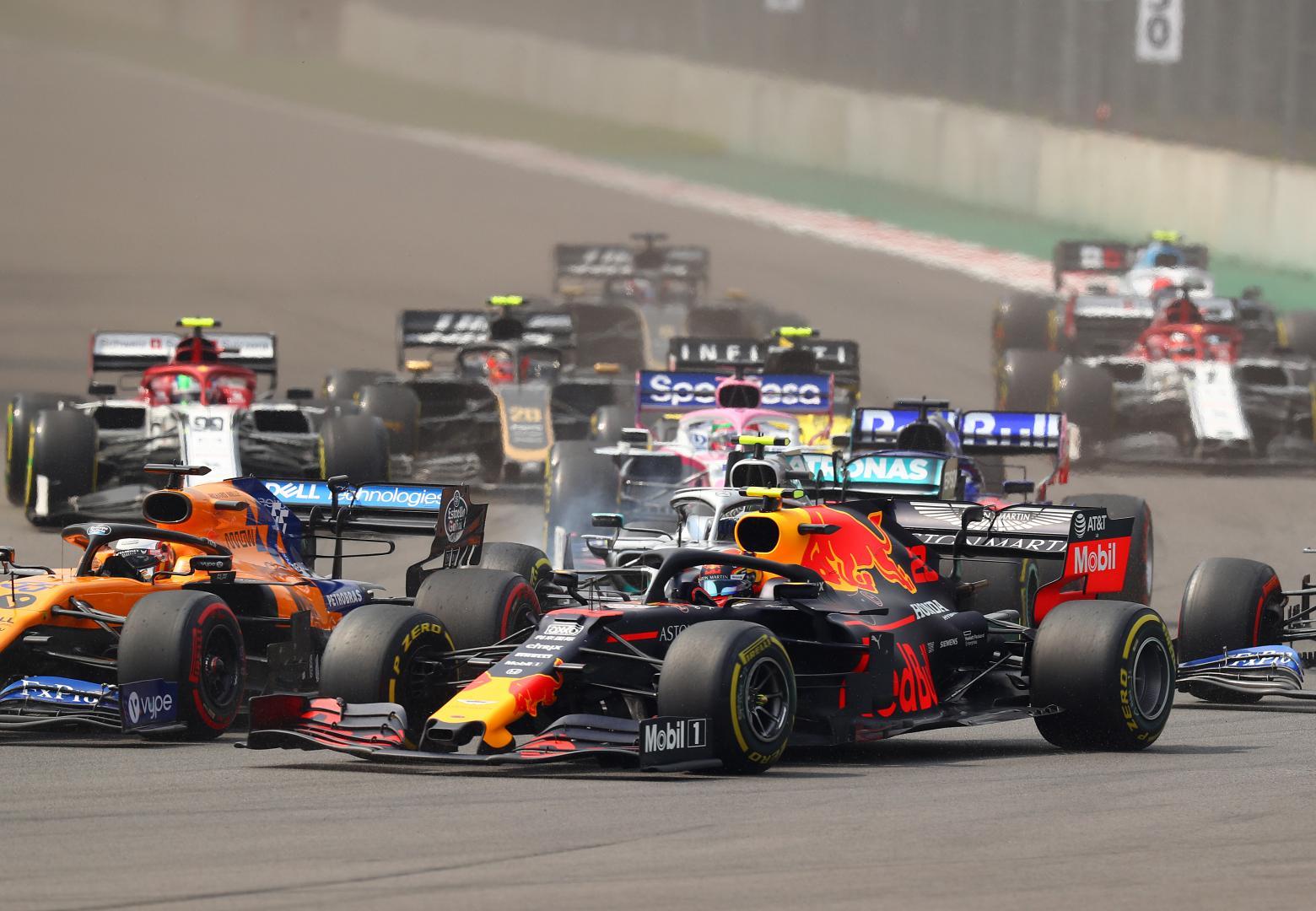 Alexander Albon in bocht 1 met de rest van het veld GP van Mexico 2019