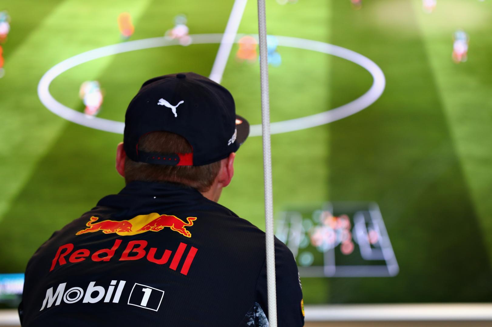 Max Verstappen speelt FIFA
