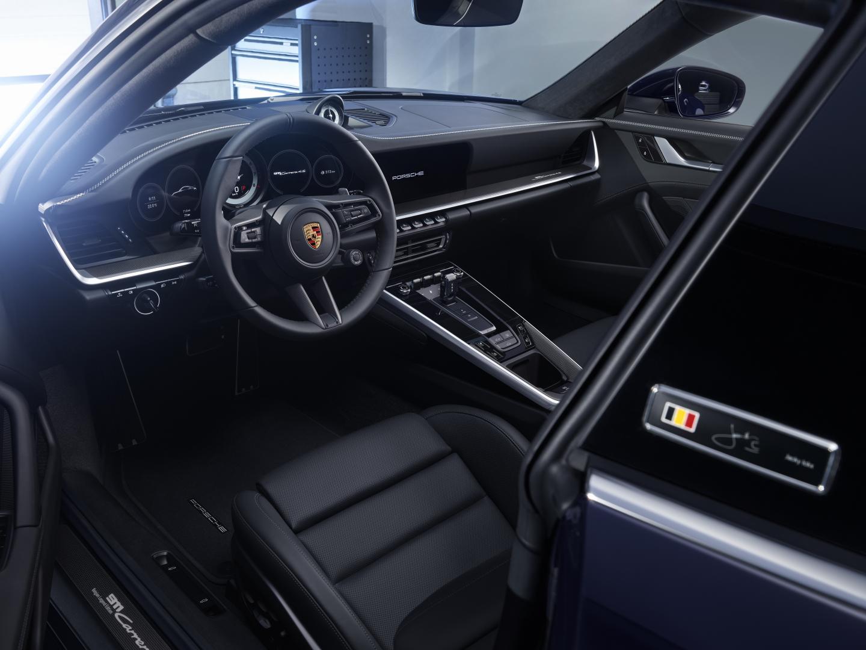 Porsche 911 Carrera 4S Belgian Legend Edition interieur met badge