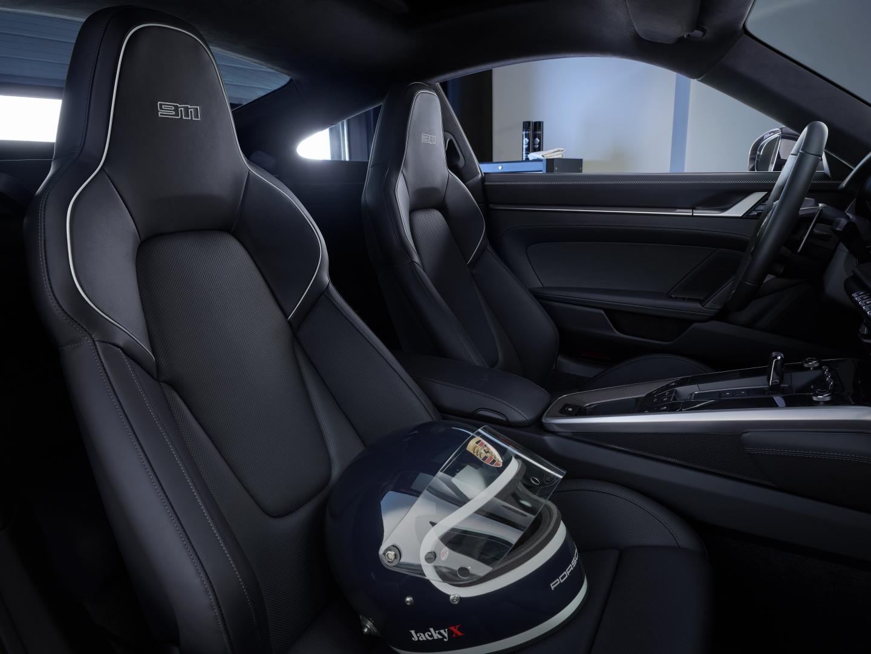 Porsche 911 Carrera 4S Belgian Legend Edition stoelen met Jacky Ickx helm