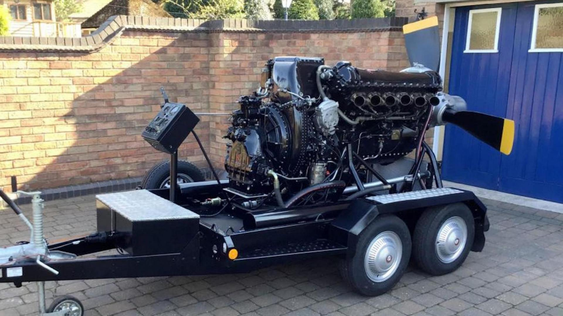 Rolls-Royce Merlin V12 Motor op trailer links
