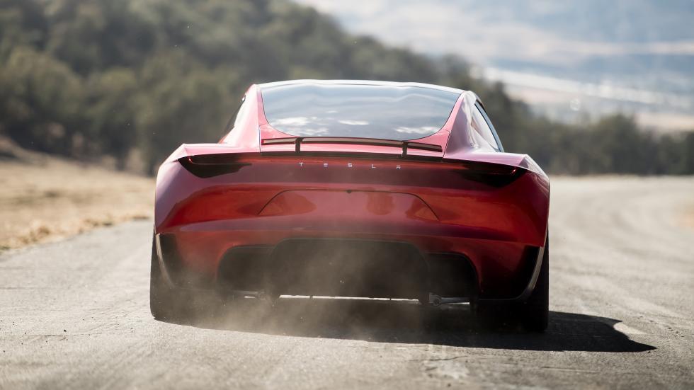 Tesla Roadster recht achter met stof