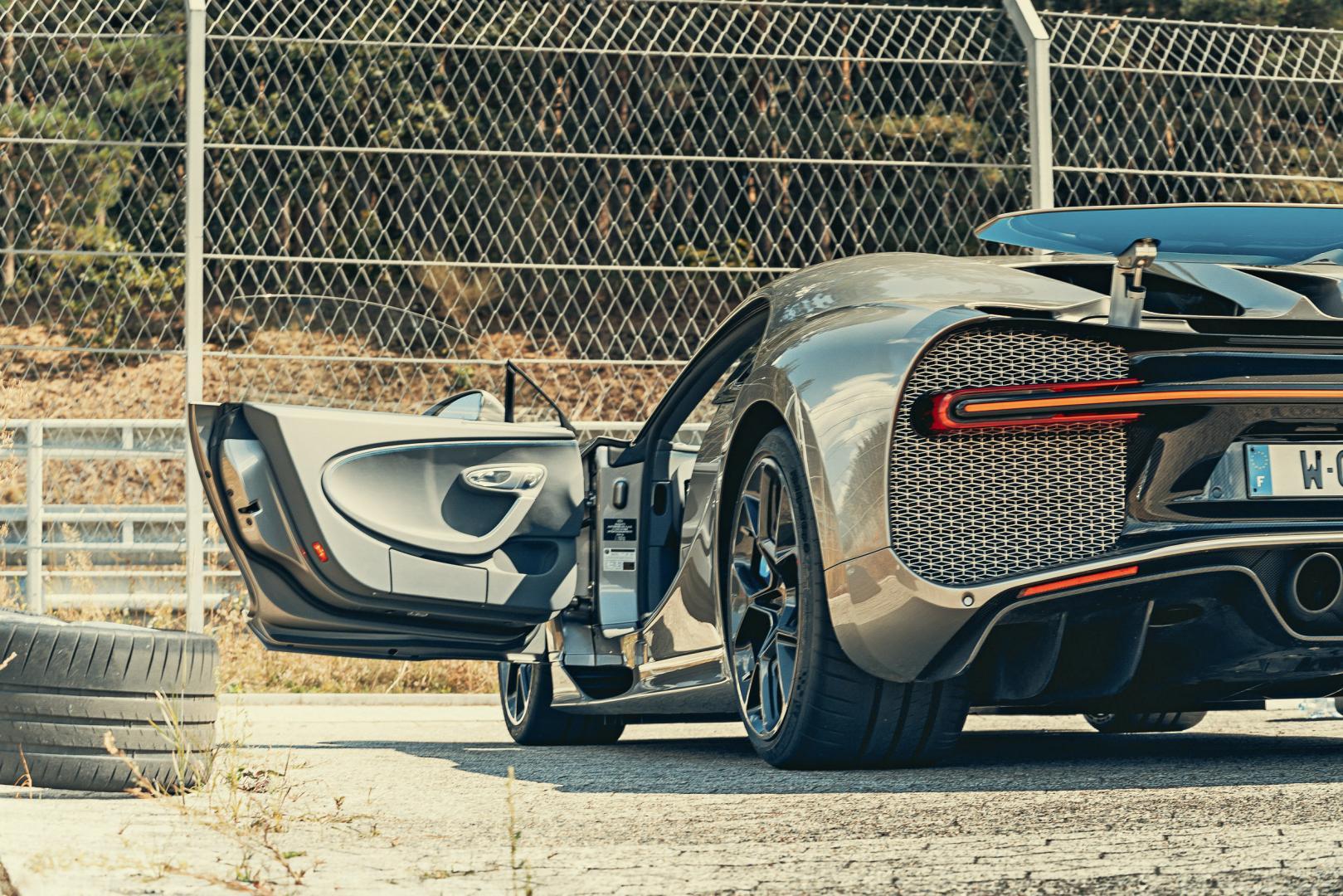 Bugatti Chiron Sport achter deur open