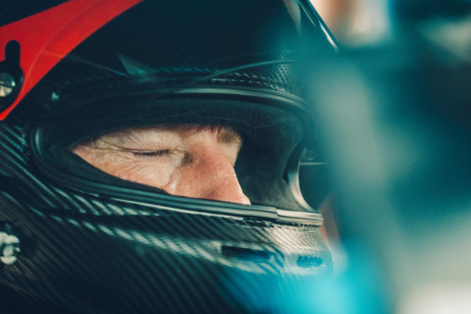 Bugatti Chiron Super Sport nies in je helm